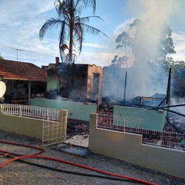 Residência é consumida pelas chamas em Taió
