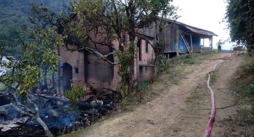 Incêndio atinge galpão em Ibirama