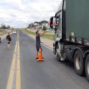 Voluntários de RSL distribuem lanches e marmitas a caminhoneiros