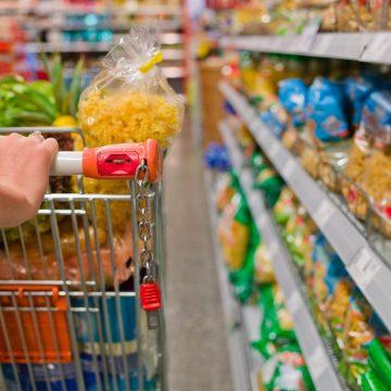 Supermercados limitam venda de produtos, como leite e ovos, para garantir o abastecimento