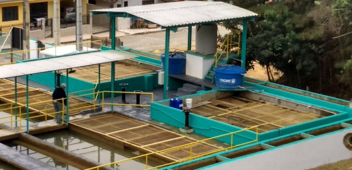 Operando com 80% da capacidade de produção de água, Casan espera finalizar, ainda no sábado, a substituição do sistema de decantação