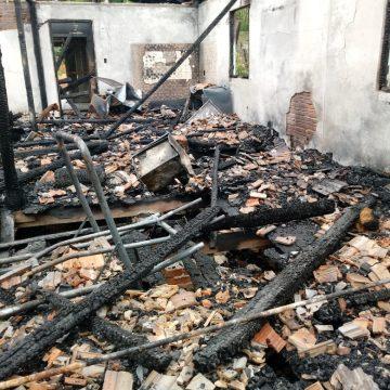 Proprietário de casa destruída por incêndio, em Laurentino, precisa de doações para se manter