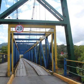 Motoristas se arriscam ao trafegar na contra-mão, em ponte na área central de Rio do Sul
