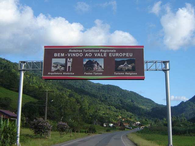 Quatro anos após a criação da região turística Caminhos do Alto Vale, a sinalização ainda não foi alterada