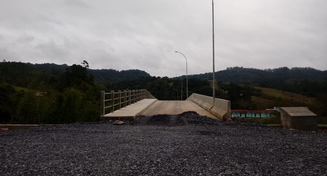 Pedestres e motociclistas podem trafegar na ponte que liga os bairros Albertina e Bonfim