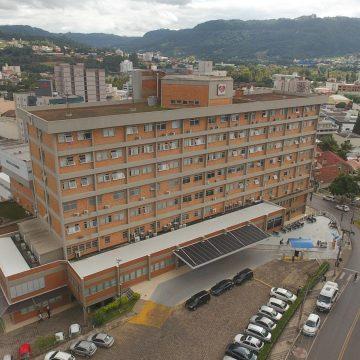 Pacientes com Covid-19 em condição grave, que não conseguem vaga no HRAV, são transferidos para Gaspar e Brusque