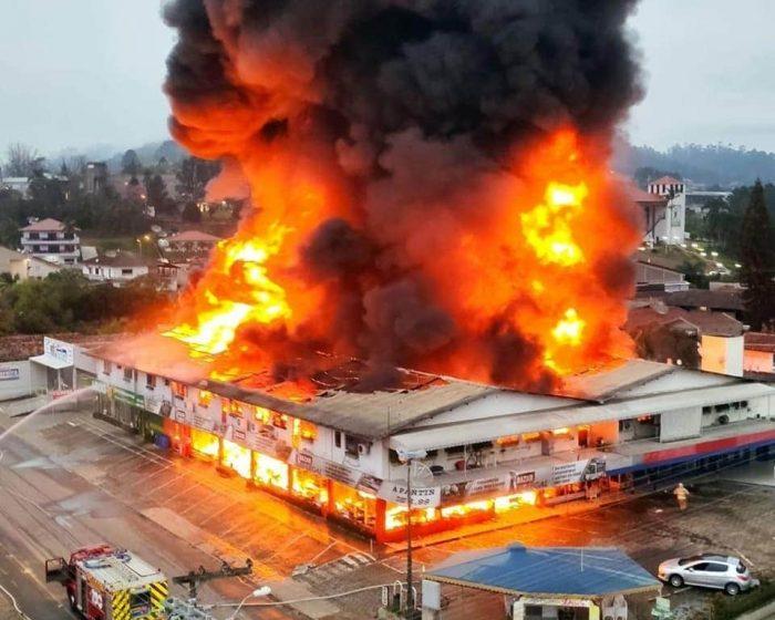 Famílias atingidas por incêndio em Presidente Getúlio podem ser atendidas com aporte financeiro para retomada dos negócios