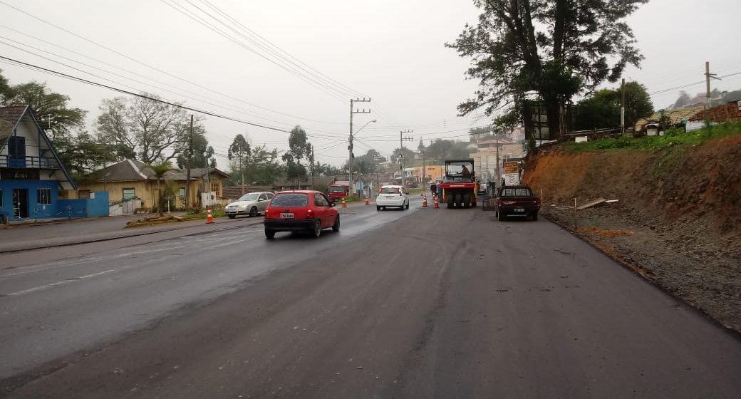 Aplicação da camada asfáltica do primeiro trecho da Estrada Blumenau, em Rio do Sul, é iniciada