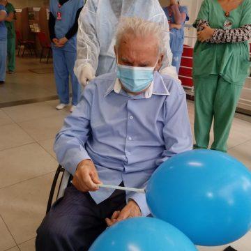 Depois de 68 dias internado com covid-19, idoso de 86 anos, recebealta