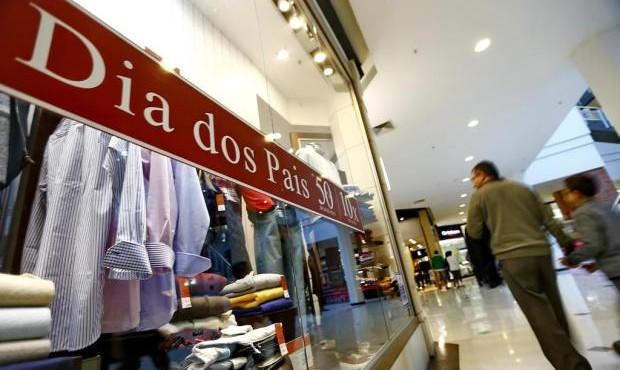Maior parte dos consumidores catarinenses pretende pagar compras do dia dos pais à vista