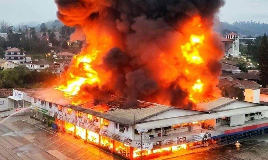 Família atingida por incêndio em Presidente Getúlio busca auxílio financeiro
