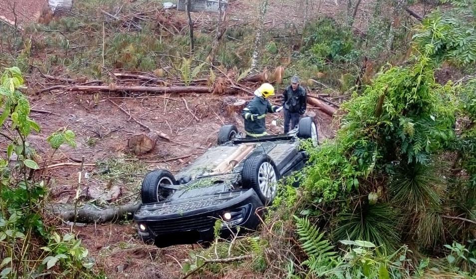 Homem fica preso às ferragens em acidente de trânsito no município de Pouso Redondo