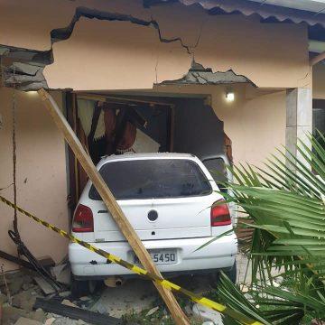 Carro invade casa e deixa cinco pessoas feridas