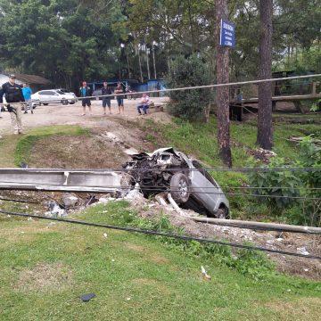Mulher bate carro em poste, cai em ribanceira e deixa parte do bairro Pamplona sem energia elétrica