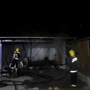 Incêndio destrói completamente garagem que servia de moradia no Brehmer