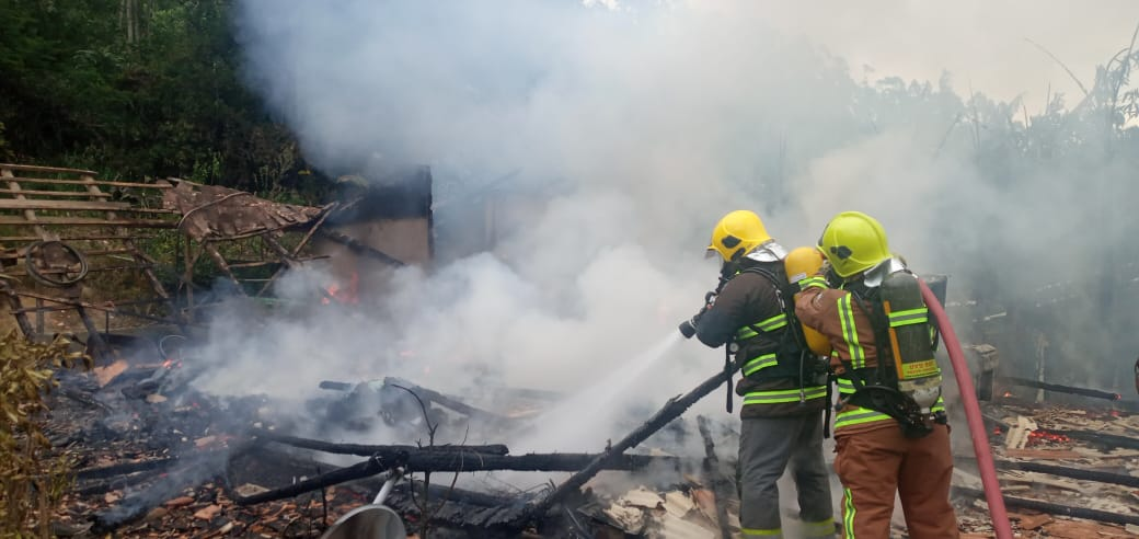 Família com cinco crianças perde todos os bens em incêndio em Apiúna