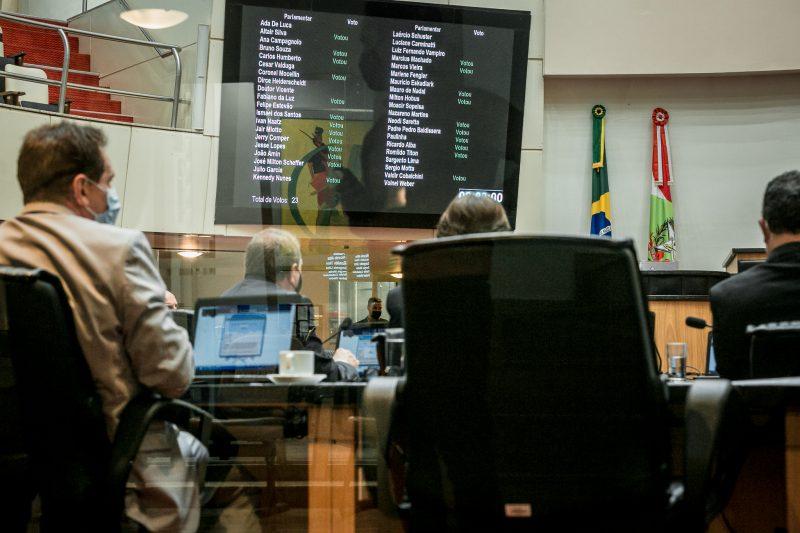 Deputados derrubam veto de projeto que proíbe aumento de tarifas do serviço público durante a pandemia
