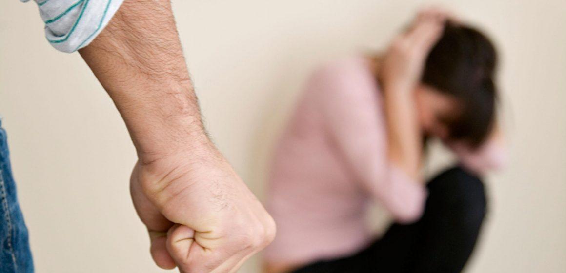 Homem agride mulher e provoca corte na cabeça dela em Aurora
