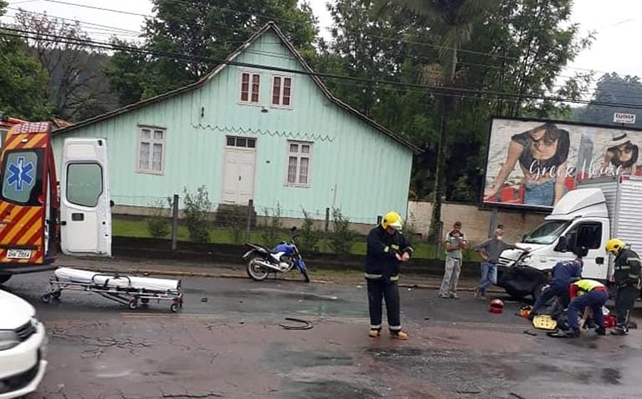 Acidente envolvendo três veículos deixa motociclista ferido, em Rio do Sul