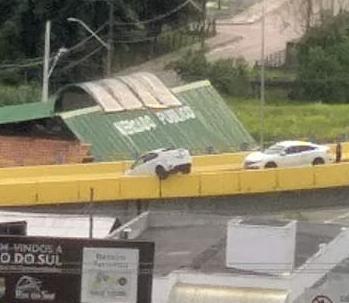 Motorista se perde e carro fica pendurado em elevado