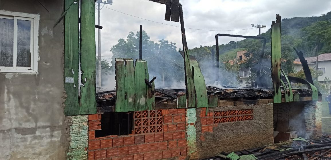 Casa fica 80% destruída após incêndio no bairro Pamplona