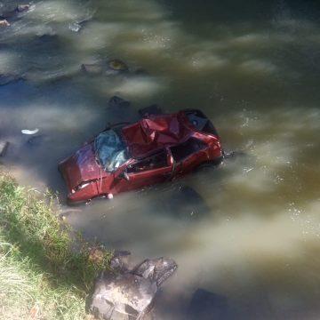 Jovem morre após carro cair em rio, em Rio do Campo