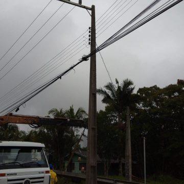 Motorista bate em poste, foge, e nove residências ficam sem energia elétrica