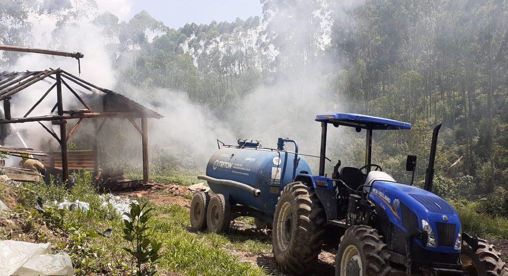 Bombeiros Voluntários de Presidente Getúlio atendem a incêndio em forno, no interior do município