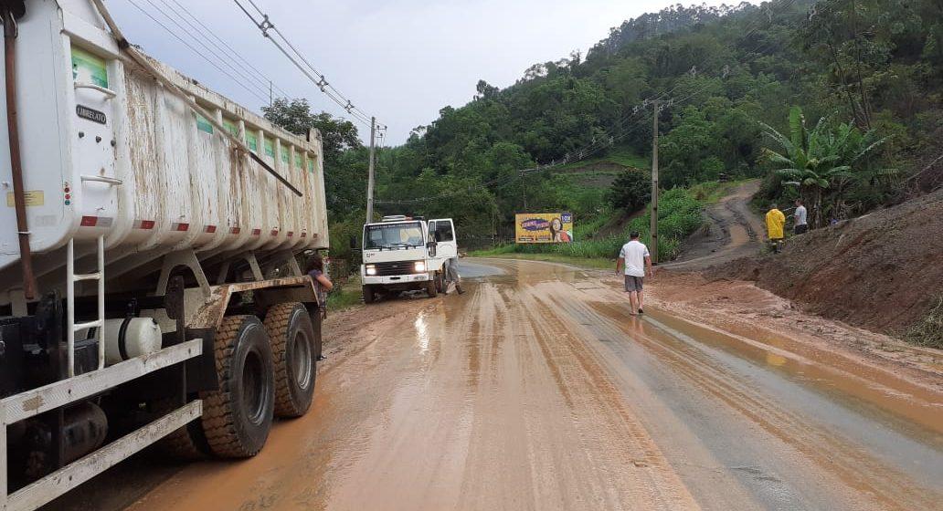 Temporal gera deslizamentos sobre a pista na SC-340, em Presidente Getúlio