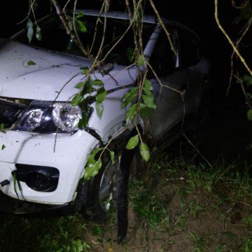 Motorista perde o controle de veículo e descer ribanceira de cerca de 30 metros