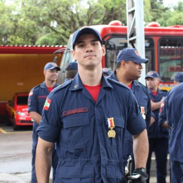 Bombeiro auxilia na comunicação com imigrantes vítimas da enxurrada, em presidente getúlio