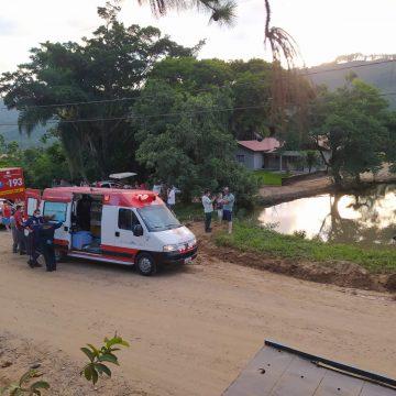 Mulher morre após carro sair da pista e cair em lagoa, em José Boiteux