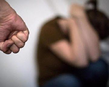 Homem embriagado agride esposa com cabo de vassoura