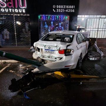 Motorista bate carro em poste e foge do local no centro de Rio do Sul