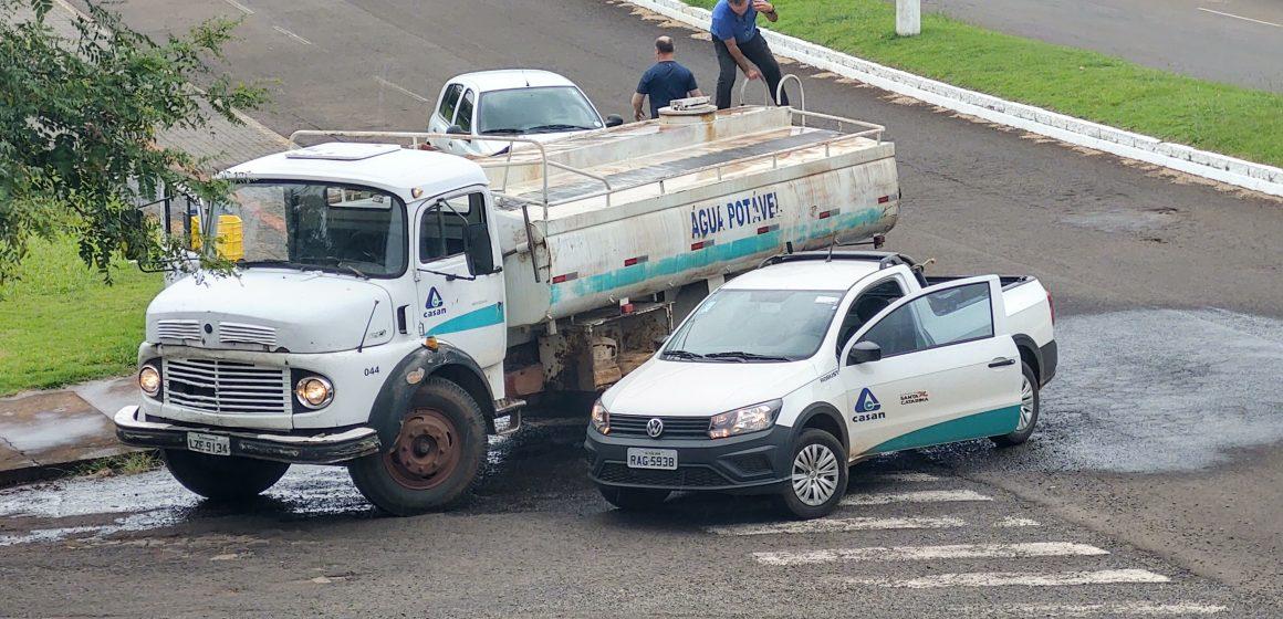 Casan disponibiliza água tratada em caminhão pipa nas áreas com abastecimento comprometido por causa da enxurrada, em Rio do Sul