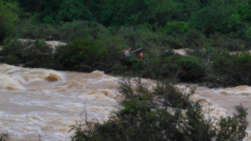 Bombeiros resgatam duas pessoas presas por 20 minutos em correnteza do rio de Ibirama