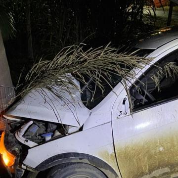 Homem fica ferido após sair da pista e colidir em árvore na SC-350, em Taió