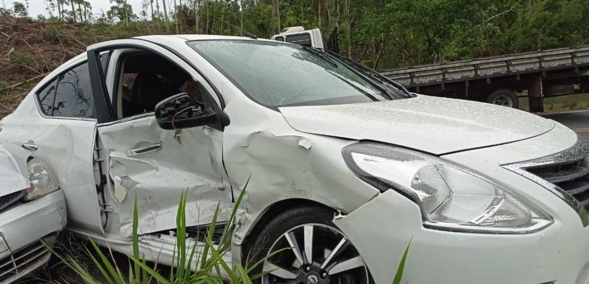 Após colidir em mureta e atingir outro carro, motorista é preso em flagrante por dirigir sob efeito de álcool