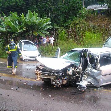 Acidente entre dois veículos na BR-470, em Apiúna, deixa três feridos