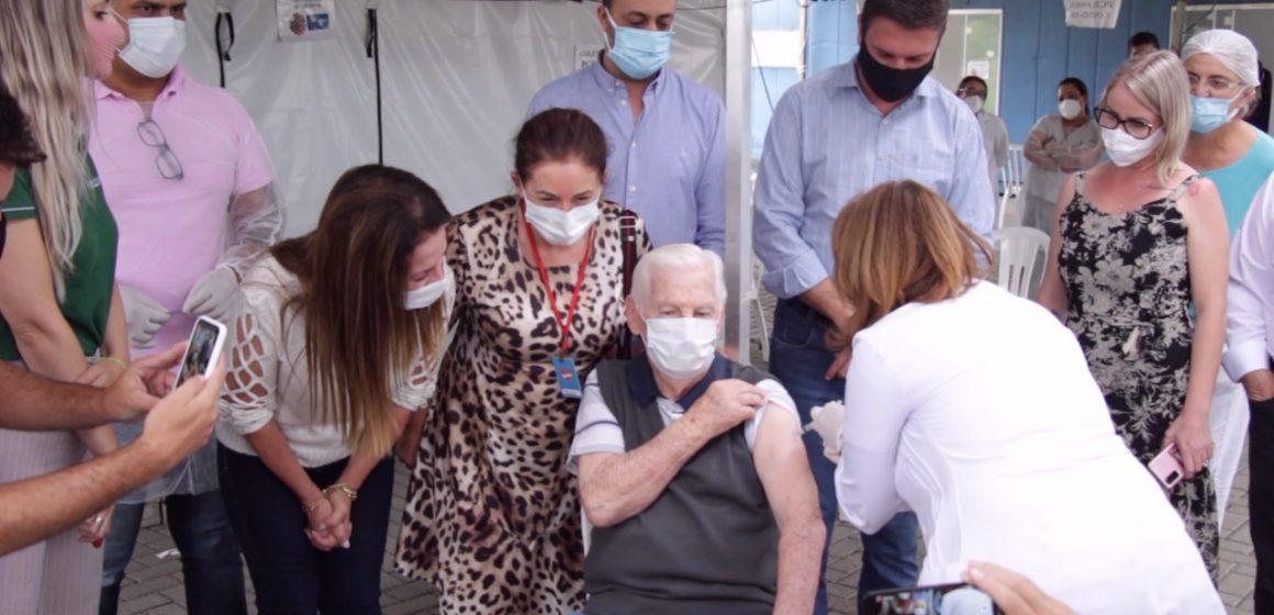 Idoso de 90 anos é o primeiro a ser vacinado em Rio do Sul