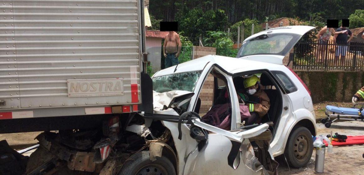 Motorista menor de idade fica preso às ferragens em acidente entre carro e caminhão