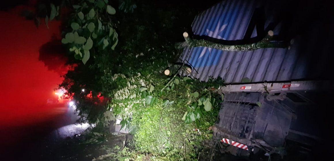 Acidente deixa caminhoneiro ferido na Serra da Santa