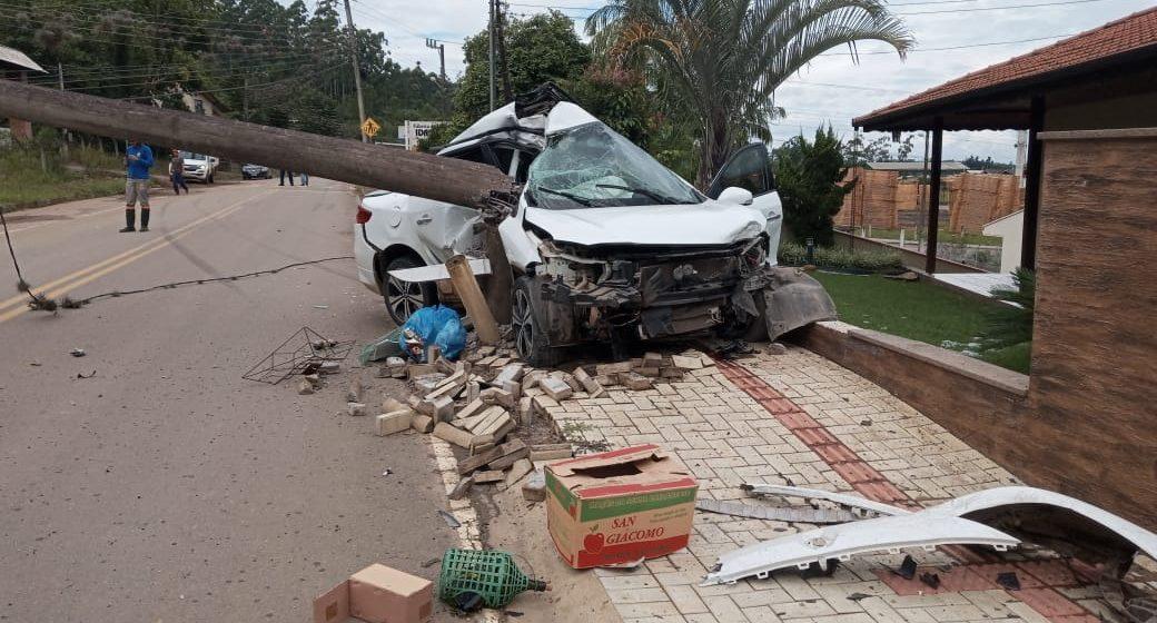 Veículo fica destruído após colidir contra poste, em Presidente Getúlio