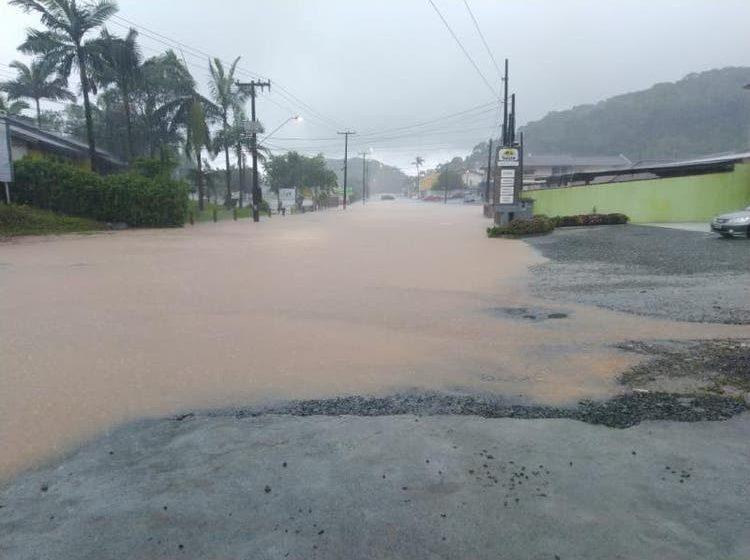 Defesa Civil mantém alerta no estado: duas mortes foram registradas em Florianópolis após deslizamento