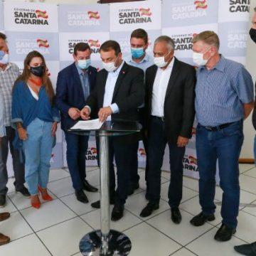 Em agenda na região, governador anuncia programa para reconstrução de empresas atingidas por enxurrada em dezembro