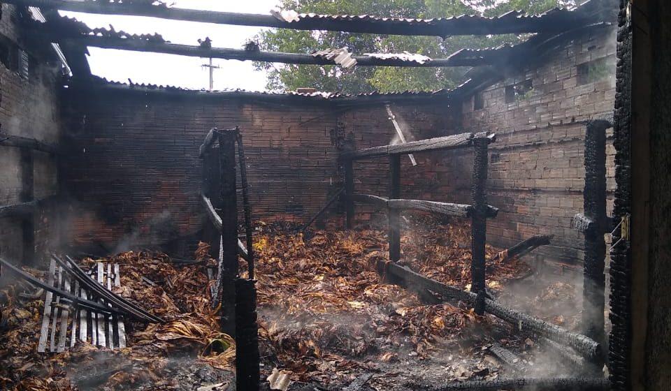 Proprietário estima prejuízo de 50 mil após incêndio em estufa de fumo