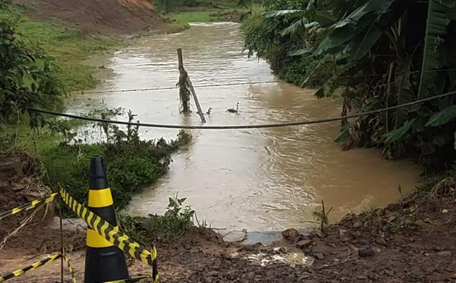 Chuvas arrancam ponte e interditam estrada em Rio do Campo