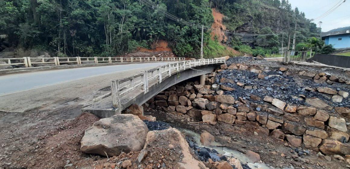 Ponte, entre Dona Emma e Presidente Getúlio, é interdita para obras