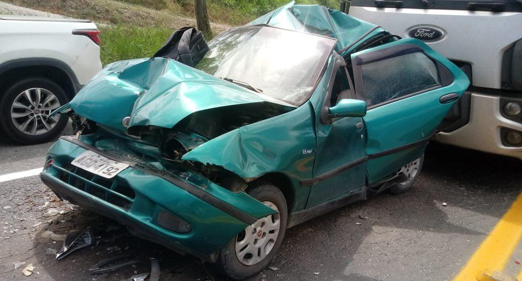 Carro fica preso entre dois caminhões, em acidente de trânsito na BR-470