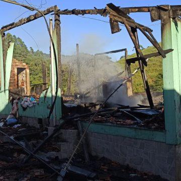 Três pessoas morrem carbonizadas em incêndio dentro de casa, no bairro Taboão